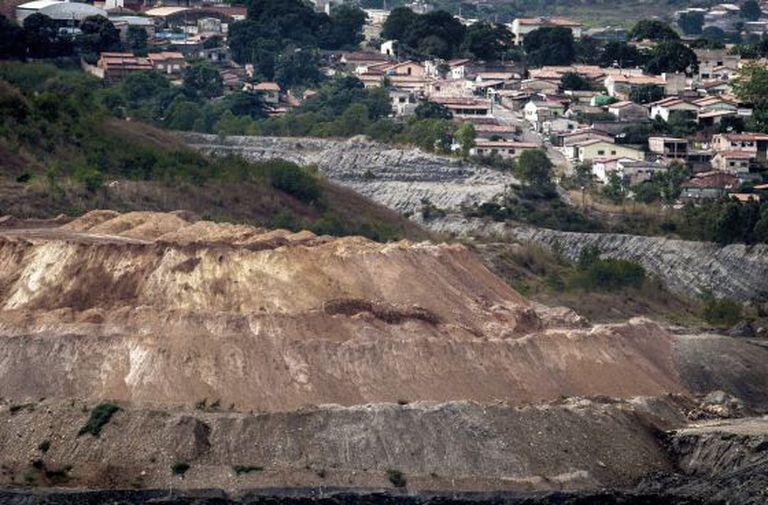 Alguns bairros ficam à beira da lavra, como o Amoreiras e o Alto da Colina.