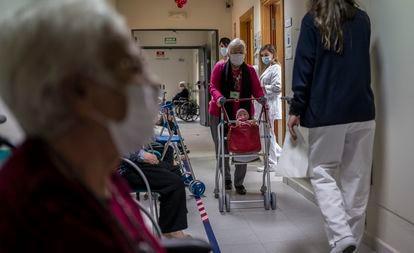 Vacinação contra covid-19 na casa de repouso DomusVi, em Leganés (Madri), em janeiro.