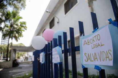 Balões a favor do aborto foram pendurados em frente ao Centro Integrado de Saúde Amaury de Medeiros (Cisam), no Recife, onde a menina realizou o procedimento.