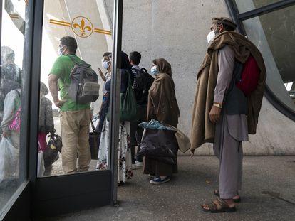Refugiados afegãos, nesta segunda-feira, no terminal do aeroporto Dulles, em Washington.
