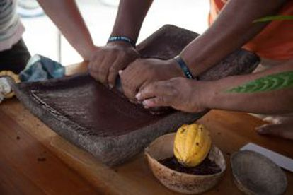 Elaboração do chocolate segundo a tradição maia na plantação Cyrila Chocolate de Belize.