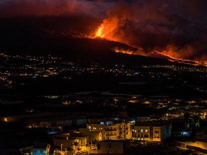 A erupção vulcânica no monte Cumbre Vieja, em La Palma, vista da localidade de Los Llanos, nesta terça-feira. Em vídeo, imagens da lava na noite de segunda-feira.