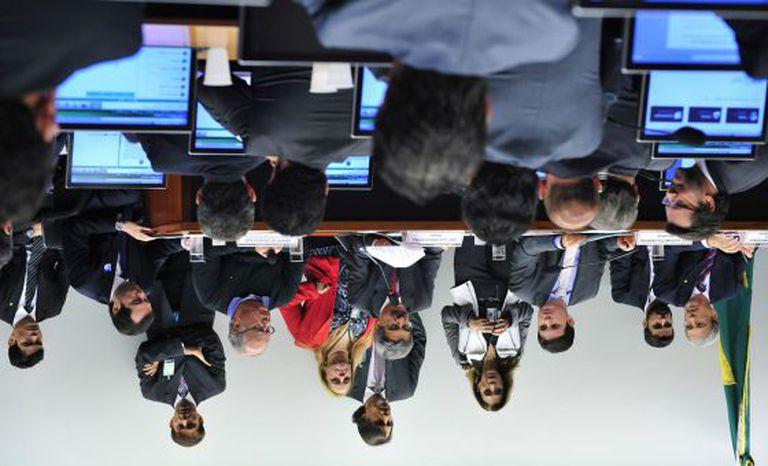 Sessão da CPI da Petrobras em março, em foto invertida.