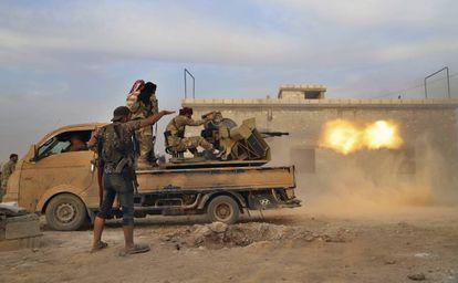 Rebeldes sírios apoiados pelo Exército turco lutam contra as tropas curdas em Manbij, no norte do país.