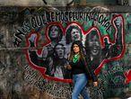 Una joven pasa frente a una pintada referida al XXXIV Encuentro Nacional de Mujeres, celebrado en Argentina en octubre.