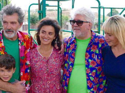 O pequeno Asier Flores, Antonio Bandeiras, Penélope Cruz, Pedro Almodóvar e Nora Navas, na imagem de fim de rodagem de 'Dor e glória'.