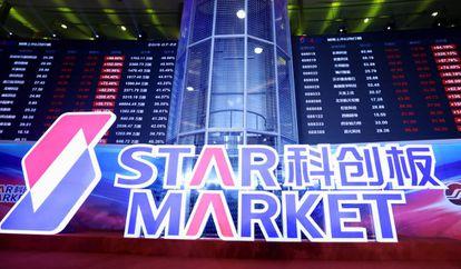 Telão eletrônico do STAR Market, nesta segunda-feira.