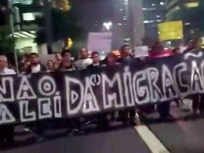 Manifestantes protestam na avenida Paulista contra a Lei de Migração.