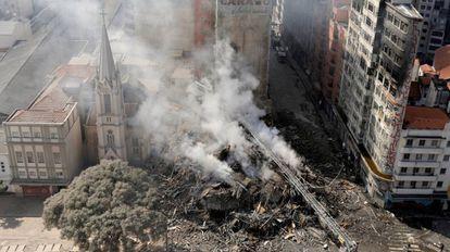 Bombeiros trabalham nos escombros do prédio que desabou no centro de São Paulo na madrugada desta terça-feira