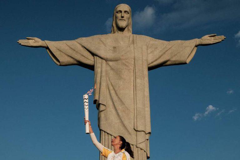 E a chama olímpica chega ao Cristo Redentor.