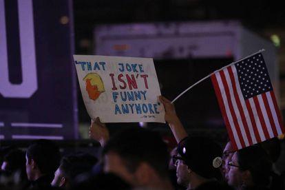 Um seguidor de Beto Ou'Rourke com um cartaz contra Trump.