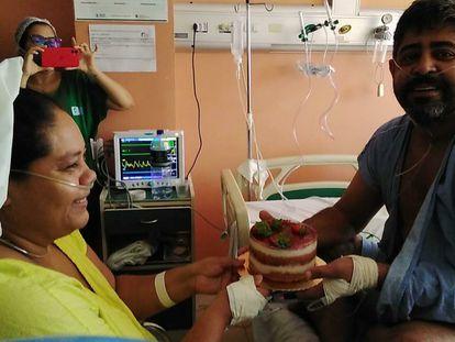 O casal Tatiana dos Reis da Silva e José Luís Oliveira renovam os votos de casamento em uma cerimônia em um hospital de covid-19.