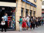 BRA50. SAO PAULO (BRASIL), 10/06/2020.- Clientes hacen fila para ingresar este miércoles a una tienda de la calle 25 de marzo, una de las regiones de comercio popular más importantes de Sao Paulo (Brasil). Sao Paulo, la ciudad más poblada de Latinoamérica, prosiguió este miércoles con la desescalada iniciada a comienzos de mes y reabrió el comercio de calle, pese a que el estado registró la víspera un nuevo récord de muertes por COVID-19. EFE/Sebastião Moreira