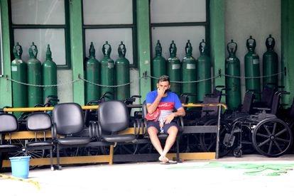 Homem aguarda notícias de parente na porta do Hospital Municipal Dr. Ignácio Proença de Gouvêa, na Mooca, zona leste de São Paulo. (ANDERSON PRADO)