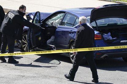 Policiais ao lado do carro que bateu em uma barreira perto do Capitólio, nesta sexta-feira em Washington.