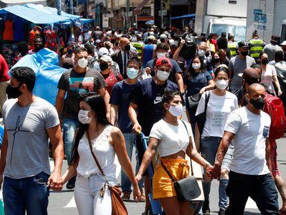 Dezenas de pessoas caminham no centro de São Paulo no dia 18 de dezembro.