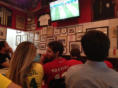Torcedor chileno assiste ao jogo do Brasil ao lado de brasileiros