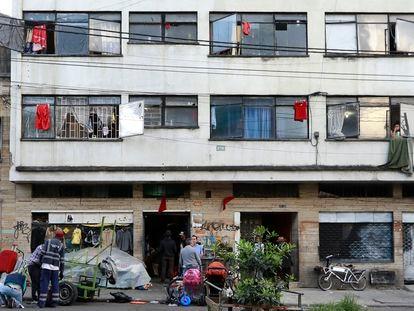 Os 'panos vermelhos da fome' usados como protesto na Colômbia, fotografados em Bogotá em abril de 2020.