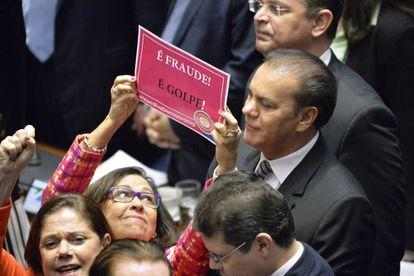 A senadora brasileira Lidice da Mata segura cartaz contra o impeachment na última audiência do julgamento político contra a presidenta Dilma Rousseff.