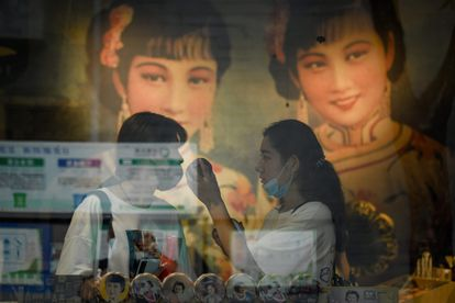 Mulheres em uma loja de cosméticos de Pequim em agosto de 2020.