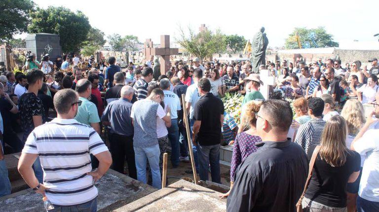 Velório e enterro coletivo das vítimas da chacina