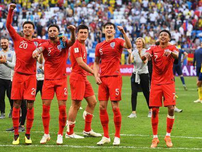 Os jogadores ingleses comemoram a classificação para as semifinais depois de derrotar a Suécia.