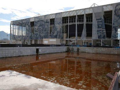 A piscina de aquecimento do Centro Aquático do Parque Olímpico estava assim no dia 5 de fevereiro. Ela já foi limpa. A tela que cobre o recinto, de autoria da artista Adriana Varejão, está rasgada.