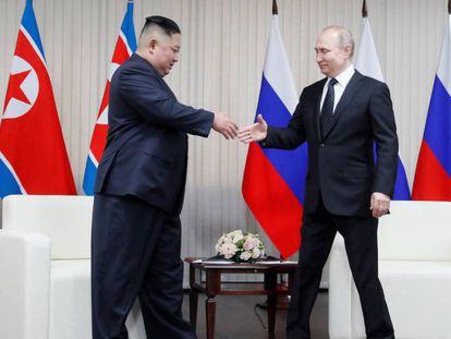 O presidente russo, Vladimir Putin, recebe o líder norte-coreano, Kim Jong-un, em Vladivostok