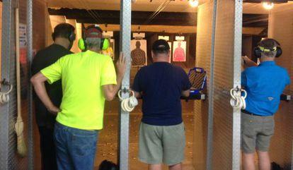 Homens disparando, neste sábado, na loja de Summerville.