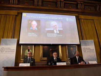 O Comitê para o Nobel de Economia com uma imagem dos premiados.