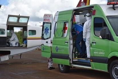 Profissionais da saúde se preparam para remoção de paciente oriundo de Monte Carmelo, em Coromandel.