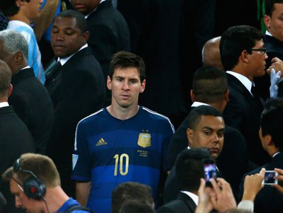 Messi, nas escadas, antes de receber a Bola de Ouro.