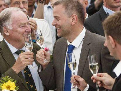 Alexander Gauland e Leif-Erik Holm, dirigentes do partido AfD comemoram em Berlim o segundo lugar nas eleições regionais de Mecklemburgo-Pomerânia Ocidental.