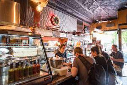 Café-restaurante Bagel Etc (Saint-Laurent, 4320), em Montreal, onde Leonard Cohen costumava tomar o café da manhã.