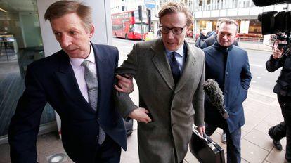 Alexander Nix (centro), CEO da Cambridge Analytica, chega a seu escritório em Londres