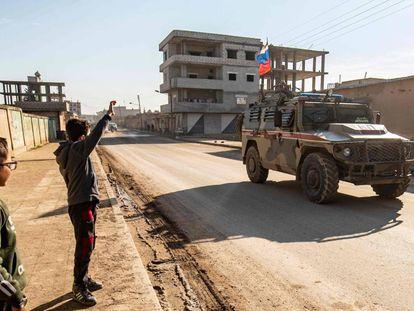 Forças de Damasco na cidade síria de Darbasiyah, perto da fronteira com a Turquia, na segunda-feira.