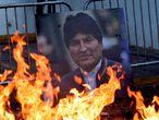 Retrato do ex-presidente da Bolívia, Evo Morales, entre as chamas.