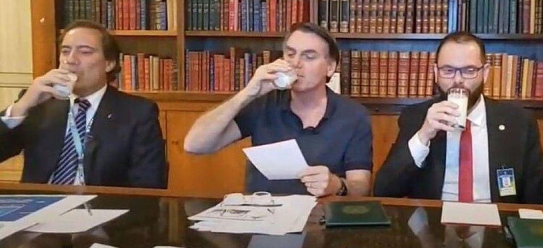 O presidente Jair Bolsonaro toma um copo de leite durante transmissão ao vivo.