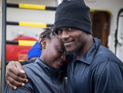 Dois refugiados no barco Aquarius, do Médico sem Fronteiras, viajam em direção a Espanha.