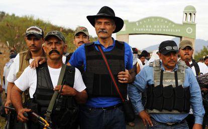José Manuel Mireles (centro), líder das milícias de autodefesa de Michoacán, na semana passada na localidade de Churumuco.