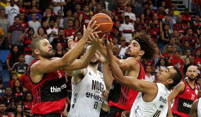 Anderson Varejão, que disputou Olimpíadas pelo Brasil, jogando pelo Flamengo contra o Mogi pela NBB.