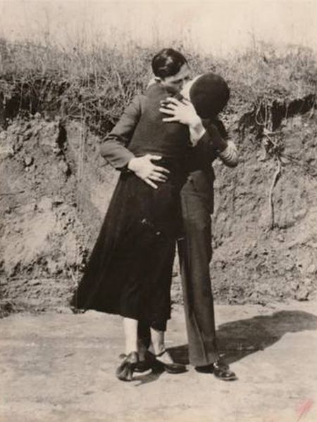 O beijo de Bonnie e Clyde, exposto em Dallas (Texas).