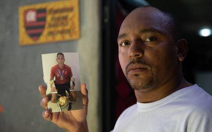 Cristiano Esmério com a foto do filho, que era goleiro.