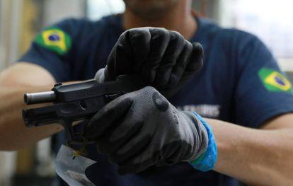 Um empregado de uma fábrica de armas em Sao Leopoldo, no Brasil.