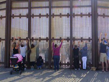 Famílias separadas pela fronteira se reúnem todos os finais de semana em um parque de San Diego