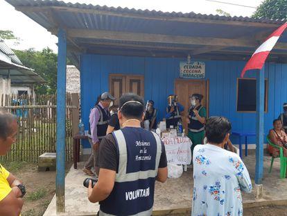 Voluntários recrutados por evangélicos aplicam ivermectina em Loreto.