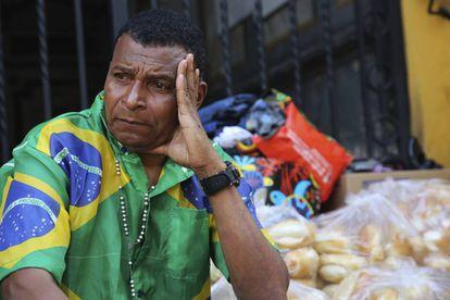 Homem observa os destroços do prédio que desabou no Largo do Paissandu, em São Paulo.