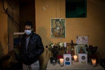 Diego Villegas diante do altar com os restos mortais da mulher e da cunhada, que morreram de coronavírus em Iztapalapa.