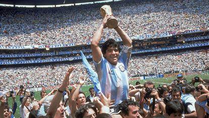 Maradona levanta a taça ao conquistar a Copa do Mundo de 1986 junto com a seleção da Argentina