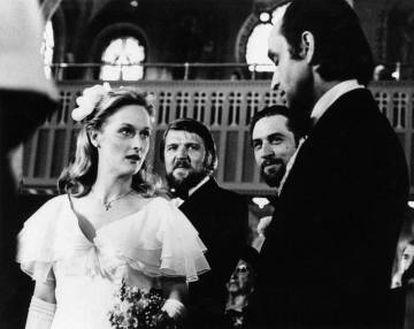 Meryl Streep e John Cazale foram um dos casais mais autênticos de Hollywood nos anos setenta. Na imagem, uma cena de 'O franco atirador' (1978) com os dois atores. De barba, sorrindo, Robert De Niro.